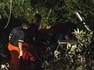 Výletní autobus skončil po nehodě v lesnatém porostu (29. července 2013)