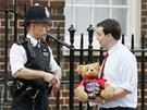 Muž přinesl plyšového medvěda před londýnskou nemocnici St. Mary jako dárek...