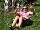 Dvanáctiletá Lea se chladí v letním dni na chalupě svých prarodičů v Janově...