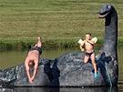 Otec se synem na přírodním koupališti s lochneskou pod Zálesím v Horní Krupé....