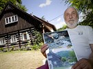 Bývalý starosta Kounova u Dobrušky Zdeněk Šritr ukazuje fotky z ničivé povodně...