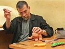 Odsouzený Vojtěch Švécar vyrábí ve vězeňské dílně v Heřmanicích hračky pro...