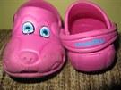 """Na nohou měla růžové gumové """"crocsy"""" s motivem pejska."""
