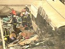 Hasiči odklízejí trosky vlaku u španělského města Santiago de Compostela.