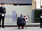 Norský premiér Jens Stoltenberg pokládá věnec na smuteční ceremonii.