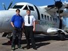 Zdeněk Skládal (vpravo) před svým letadlem na ostrově Man spolu s mechanikem...