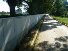 U �eky Moravy v Uhersk�m Hradi�ti rostou v n�kter�ch m�stech nov� betonov� zdi.