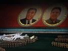 VYVOLENÍ. Na slavnosti Arirang nesmějí chybět ani dva uctívaní vůdci KLDR....