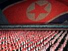 ZA SOCIALISMUS. Severokorejci cvičí na Arirangu v připravených sestavách,...