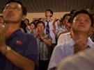 APLAUS. Diváci vstávají, aplaudují. Představení se jim líbilo. Arirang je pro...