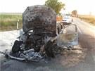 Na sjezdu z dálnice D11 u Praskačky na Hradecku shořel mercedes (28.7.2013).