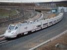 Vlak Alvia vyjíždí ze měnící stanice, kde mu změněn rozvor.
