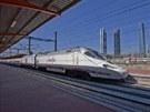 Vlak Alvia Serie 730 (Híbrido) projíždí nádražím