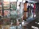 Voda zaplavila vestibul stanice pražského metra Můstek (29. července 2013).
