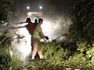 Popadané stromy zastavily provoz na silnici ve Zhoři na Jihlavsku (29. července...