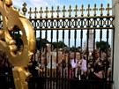 Britové před Buckinghamským palácem slaví narození syna prince Williama a Kate....