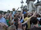 Britové před Buckinghamským palácem se snaží vyfotit oznámení o narození...