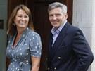 Carole a Michael Middletonovi přijeli do porodnice navštívit dceru Kate. (23. července 2013)