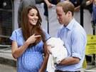 Princ William s manželkou Kate ukázali prvorozeného syna. (23. července 2013)