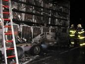Sporáky naložené v přívěsu, museli hasiči vyložit ven.