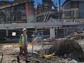 V pravé horní části ještě zrcadlová fasáda čeká na dokončení. (24.7.2013)