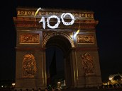 Slavnostně nasvícený Vítězný oblouk v Paříži po poslední etapě sté Tour de