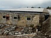 Vyhořelá Petrova bouda po rozebrání obvodového zdiva a pokrytí historicky...