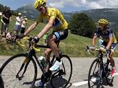 RIVALOV�. Fotograf na tomto sn�mku zachytil Christophera Frooma a Alberta Contadora. I v celkov�m po�ad� je to podobn� - Contador sleduje sv�ho konkurenta s odstupem.