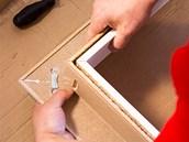 Po nanesení lepidla se pro upevnění spoje svislé části obložky a nadprahového