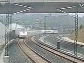 Záběr z bezpečnostní kamery - jako první vylétl z kolejí vagon za lokomotivou