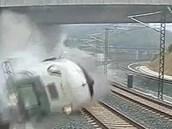 Jeden z posledních záběrů bezpečnostní kamery, kterou vlak poté zničil