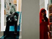 Červená Karkulka a její přátelé si ve filmu architekta a fotografa Miguela de...