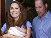 Princ William a jeho manželka Kate se synem odcházejí z porodnice. (23....