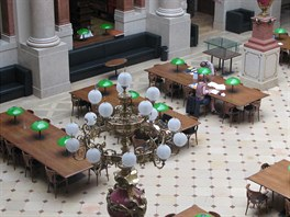 Knihovna a studovna v budově Akademie věd je tři měsíce po výbuchu v Divadelní...