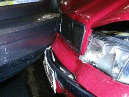 Špatně zabržděný kamion se v pražských Dejvicích svévolně rozjel a pobořil...