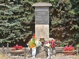 Trojnásobnou vraždu v Litvínovicích připomíná pomníček se jmény zastřelených...