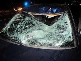 Čelní sklo auta značky Volkswagen Passat, ve kterém při srážce s cyklistou