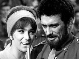 Hana Hegerová a Waldemar Matuška ve filmu Kdyby tisíc klarinetů (1964)