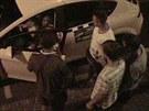 Policie hledá tyto mladíky, kteří by mohli k případu poskytnout svědectví.