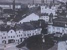Vlevo od věžičky městské kavárny stojí domy židovských rodin Langshur a Jokl.
