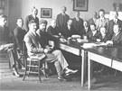 Fotografie ze sborovny krnovské reálky, v popředí profesor Sigmund Langschur.