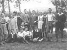 Profesor Sigmund Langschur (uprostřed) se svými studenty ve dvacátých letech na
