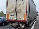 Dálnici D11 zablokovala v úterý ráno těsně před Prahou nehoda dvou kamionů....