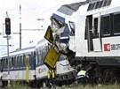 Policista v rámci vyšetřování příčin nehody zkoumá podvozek vlaku. (29.