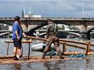 Do Prahy doplul dřevěný vor, který bude až do pátku kotvit na náplavce na