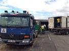 Převrácený kamion zablokoval u Knovíze rychlostní silnici R7 směrem na Louny.