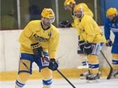 Zah�jen� p��pravy zl�nsk�ch hokejist�, s pukem si hraje  Jaroslav Bala�t�k.