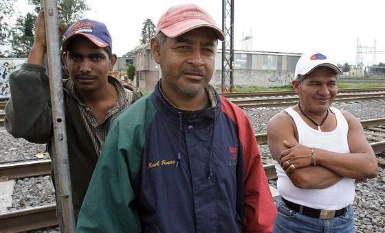 Trojice emigrantů z Hondurasu čeká na vlak nedaleko mexických hranic s USA.