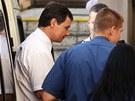 David Rath v doprovodu eskorty doráží k soudu (8.srpna 2013)
