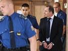 Justiční stráž přivádí Petra Kotta k soudu (8. srpna 2013)